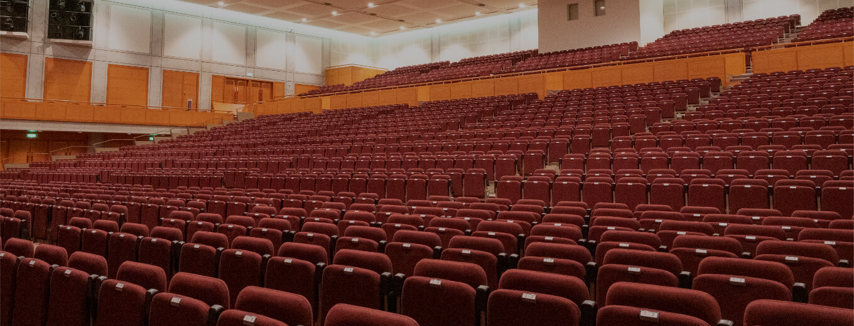 利便性の高さに驚く大ホール 劇的!1300席を壁面へ収納